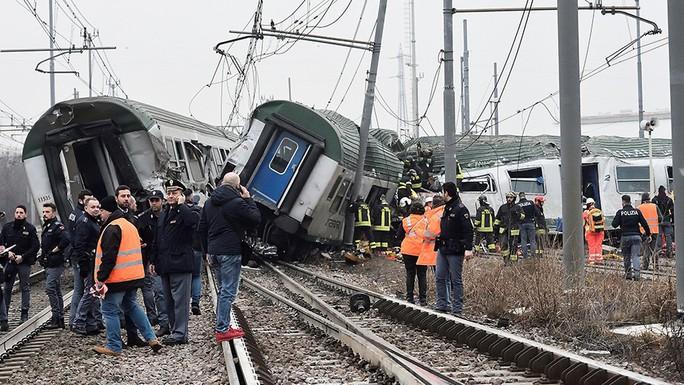 Tàu lửa trật đường ray ở Ý, máu chảy dọc thân tàu - Ảnh 1.