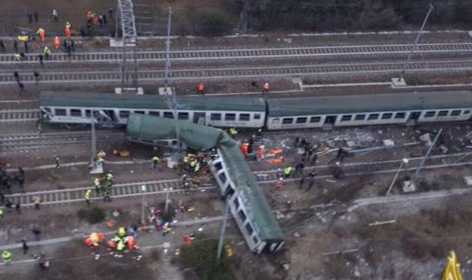 Tàu lửa trật đường ray ở Ý, máu chảy dọc thân tàu - Ảnh 8.