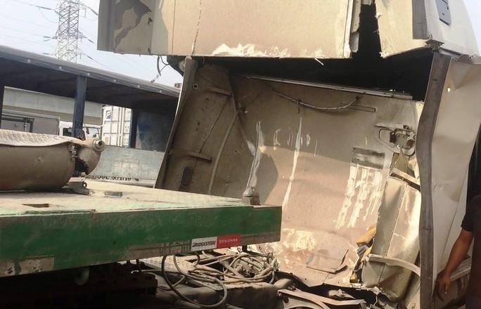 Kinh hãi cuộn thép đè bẹp cabin xe đầu kéo - Ảnh 2.