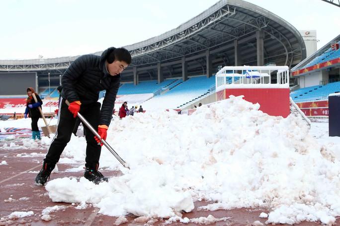 Chùm ảnh sân thi đấu chung kết U23 Việt Nam chạy đua với mưa tuyết - Ảnh 5.