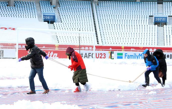 Chùm ảnh sân thi đấu chung kết U23 Việt Nam chạy đua với mưa tuyết - Ảnh 4.