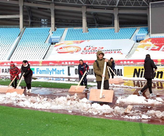 Chùm ảnh sân thi đấu chung kết U23 Việt Nam chạy đua với mưa tuyết - Ảnh 3.