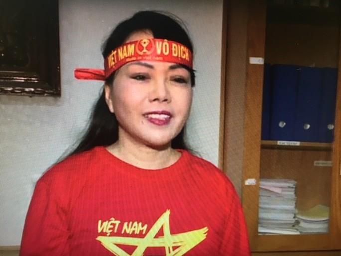 Clip Bộ trưởng Bộ Y tế mặc áo đỏ sao vàng cổ vũ U23 Việt Nam - Ảnh 1.