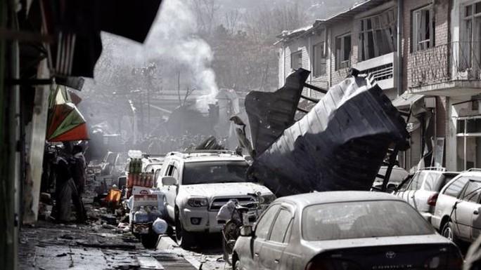 Taliban đánh bom bằng xe cứu thương, 214 người thương vong - Ảnh 1.