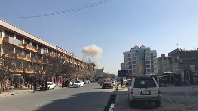 Taliban đánh bom bằng xe cứu thương, 214 người thương vong - Ảnh 3.