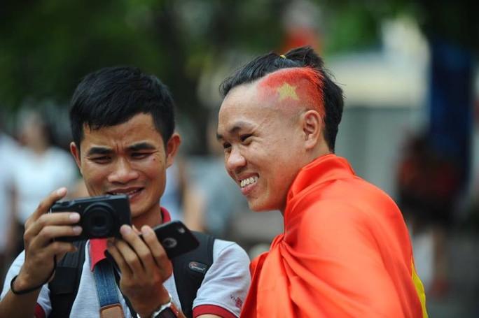 U23 Việt Nam - Uzbekistan: CĐV nhuộm đỏ phố đi bộ - Ảnh 2.