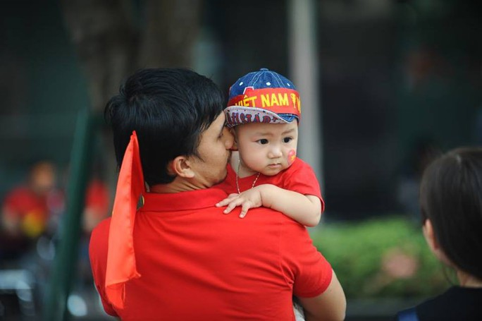 U23 Việt Nam - Uzbekistan: CĐV nhuộm đỏ phố đi bộ - Ảnh 3.
