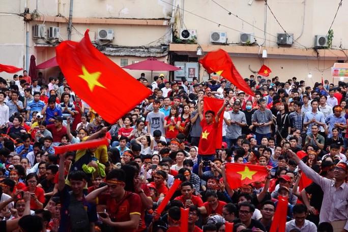 U23 Việt Nam - Uzbekistan: CĐV nhuộm đỏ phố đi bộ - Ảnh 13.