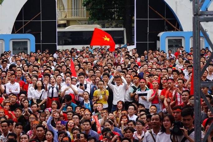 U23 Việt Nam - Uzbekistan: CĐV nhuộm đỏ phố đi bộ - Ảnh 14.