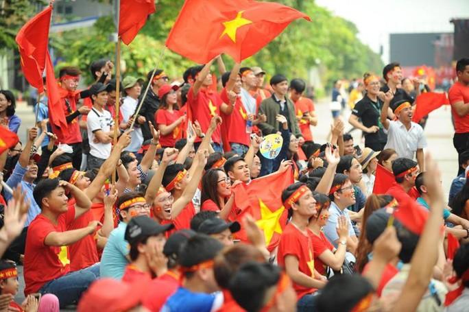 U23 Việt Nam - Uzbekistan: CĐV nhuộm đỏ phố đi bộ - Ảnh 7.