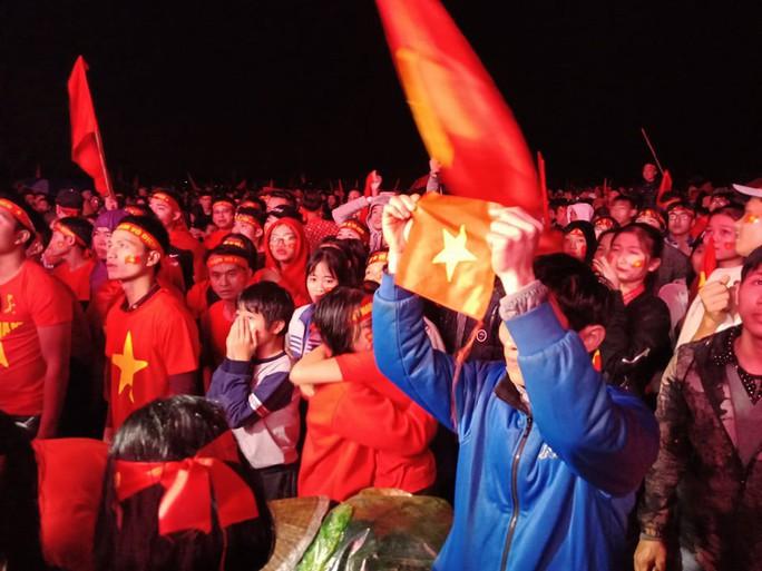 Người hâm mộ rơi lệ tiếc nuối bàn thua vào phút chót của U23 Việt Nam - Ảnh 7.