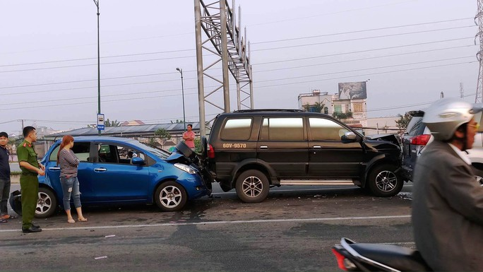 """3 """"xế hộp"""" biến dạng sau tai nạn trên đường Phạm Văn Đồng - Ảnh 2."""