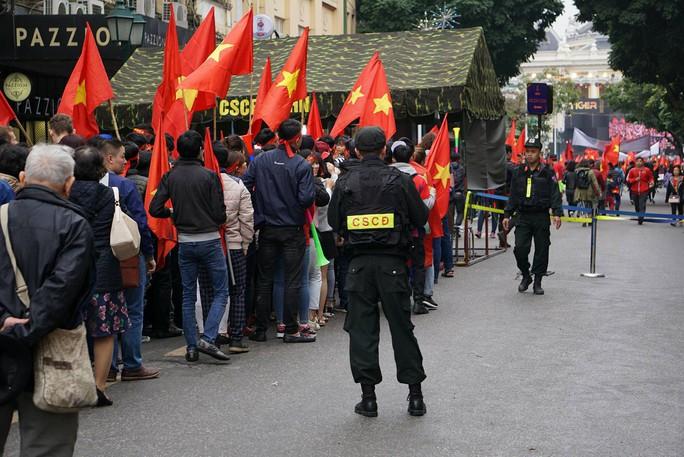 Phó Thủ tướng reo mừng giây phút Quang Hải ghi tuyệt phẩm - Ảnh 13.
