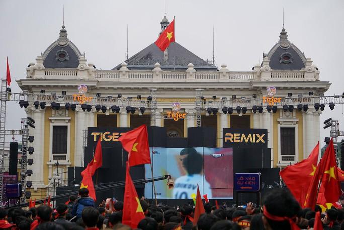 Phó Thủ tướng reo mừng giây phút Quang Hải ghi tuyệt phẩm - Ảnh 16.