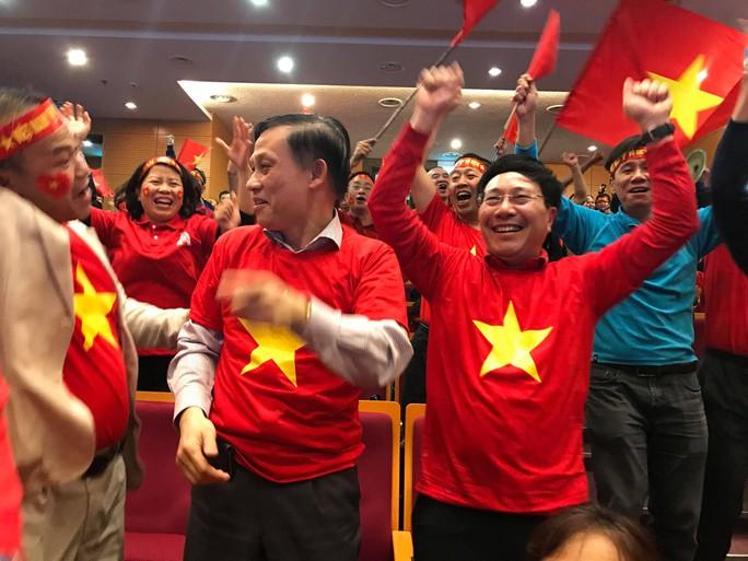 Phó Thủ tướng reo mừng giây phút Quang Hải ghi tuyệt phẩm - Ảnh 1.