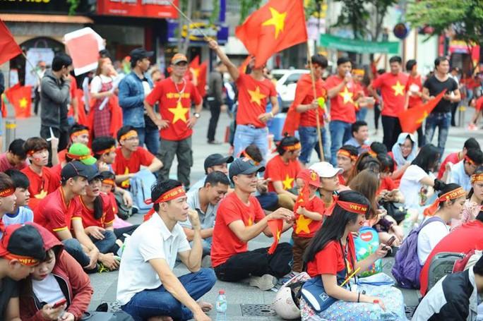 U23 Việt Nam - Uzbekistan: CĐV nhuộm đỏ phố đi bộ - Ảnh 11.