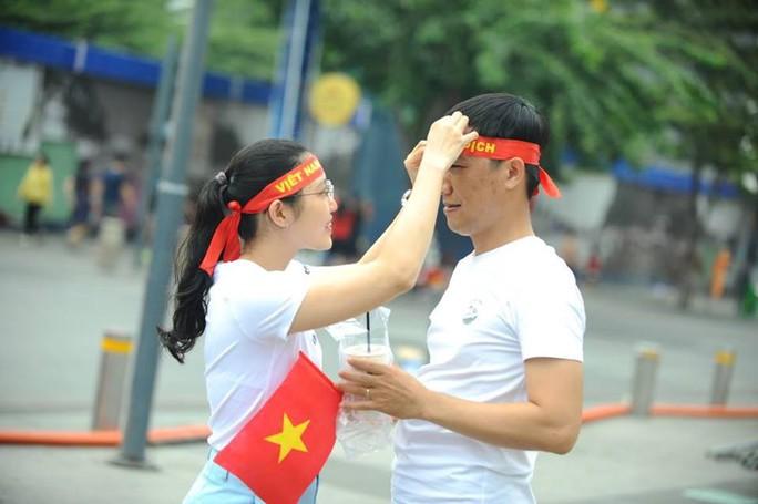 U23 Việt Nam - Uzbekistan: CĐV nhuộm đỏ phố đi bộ - Ảnh 12.