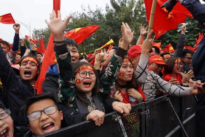 Phó Thủ tướng reo mừng giây phút Quang Hải ghi tuyệt phẩm - Ảnh 3.