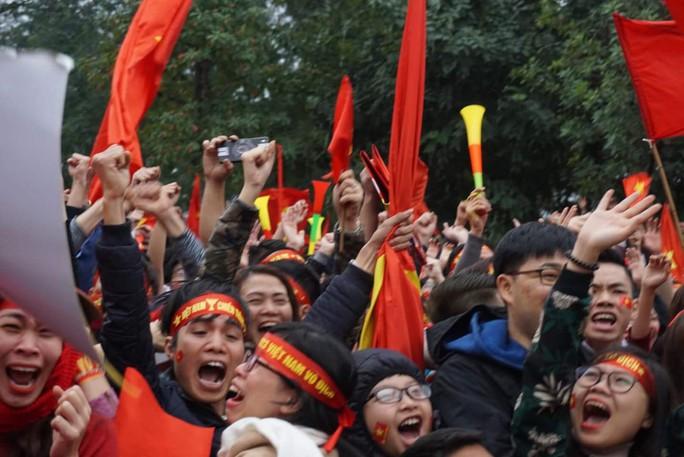 Phó Thủ tướng reo mừng giây phút Quang Hải ghi tuyệt phẩm - Ảnh 4.