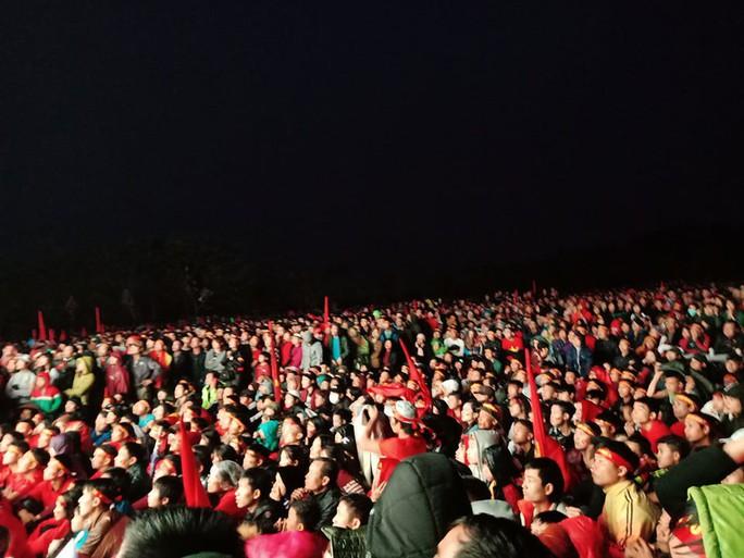 Người hâm mộ rơi lệ tiếc nuối bàn thua vào phút chót của U23 Việt Nam - Ảnh 9.