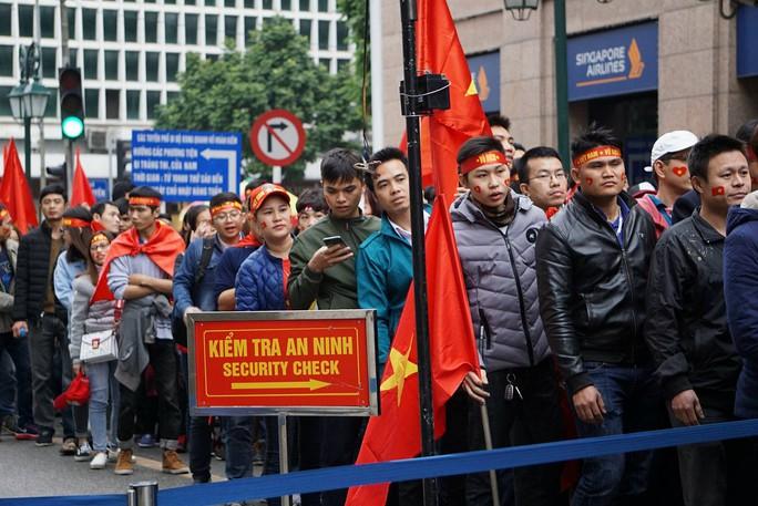 Phó Thủ tướng reo mừng giây phút Quang Hải ghi tuyệt phẩm - Ảnh 18.