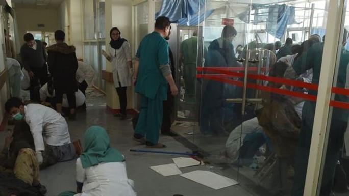Taliban đánh bom bằng xe cứu thương, 214 người thương vong - Ảnh 2.