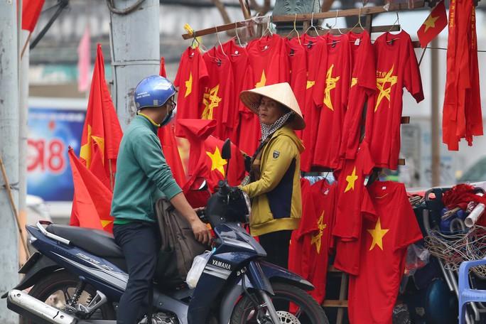 Người Sài Gòn đổ xô mua áo, cờ... cổ vũ U23 Việt Nam - Ảnh 13.