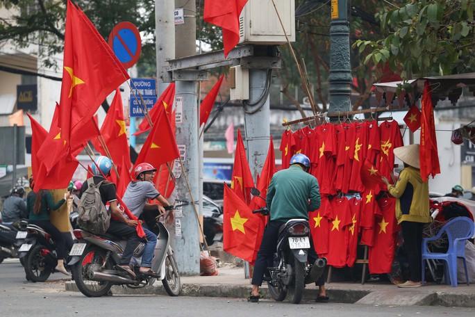 Người Sài Gòn đổ xô mua áo, cờ... cổ vũ U23 Việt Nam - Ảnh 12.