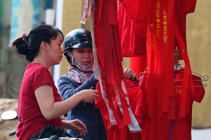 Người Sài Gòn đổ xô mua áo, cờ... cổ vũ U23 Việt Nam - Ảnh 7.
