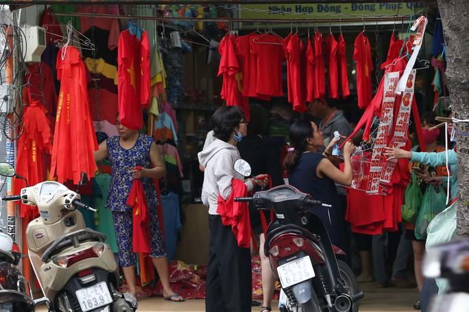 Người Sài Gòn đổ xô mua áo, cờ... cổ vũ U23 Việt Nam - Ảnh 8.