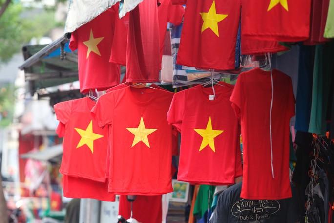 Người Sài Gòn đổ xô mua áo, cờ... cổ vũ U23 Việt Nam - Ảnh 2.