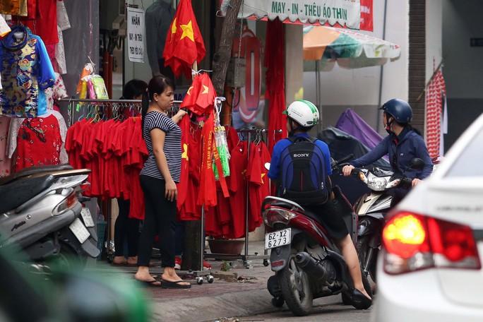 Người Sài Gòn đổ xô mua áo, cờ... cổ vũ U23 Việt Nam - Ảnh 3.