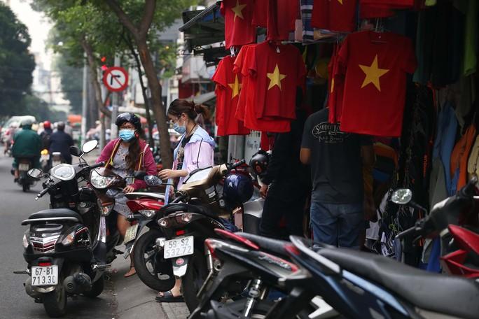 Người Sài Gòn đổ xô mua áo, cờ... cổ vũ U23 Việt Nam - Ảnh 5.