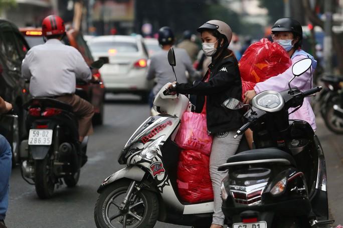 Người Sài Gòn đổ xô mua áo, cờ... cổ vũ U23 Việt Nam - Ảnh 11.