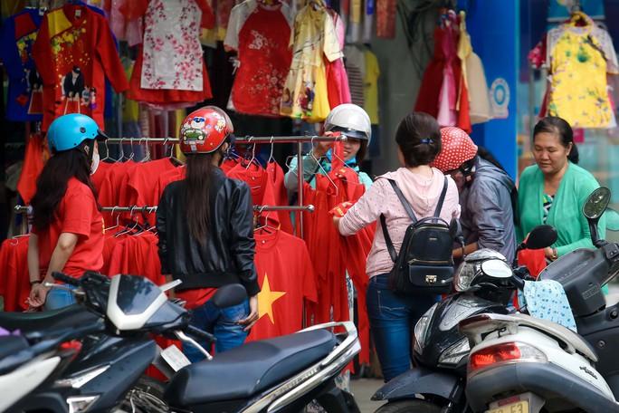 Người Sài Gòn đổ xô mua áo, cờ... cổ vũ U23 Việt Nam - Ảnh 9.