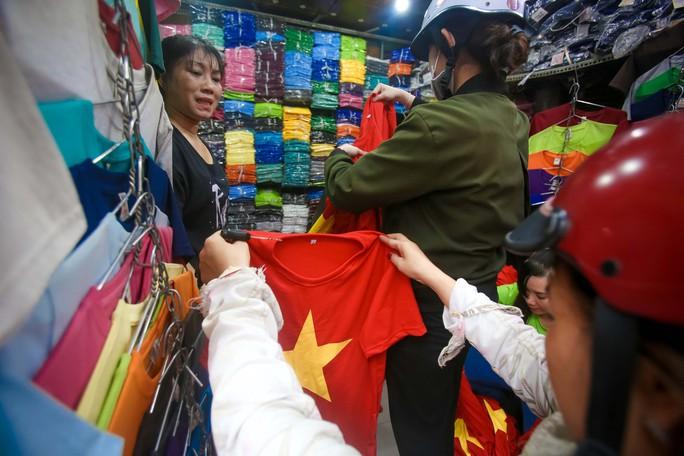 Người Sài Gòn đổ xô mua áo, cờ... cổ vũ U23 Việt Nam - Ảnh 6.