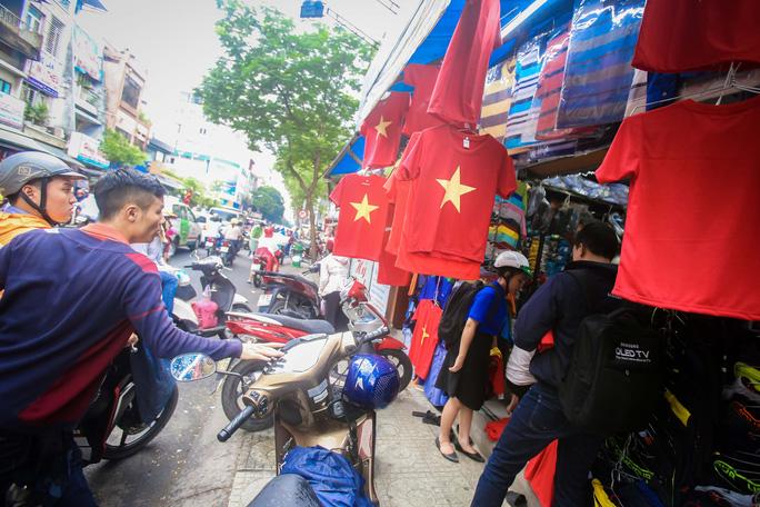 Người Sài Gòn đổ xô mua áo, cờ... cổ vũ U23 Việt Nam - Ảnh 10.