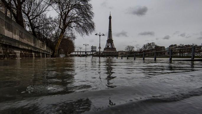 Paris chới với trong nước lũ sông Seine - Ảnh 1.