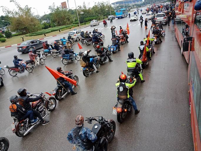 Nội Bài tràn ngập sắc đỏ đón U23 Việt Nam - Ảnh 10.