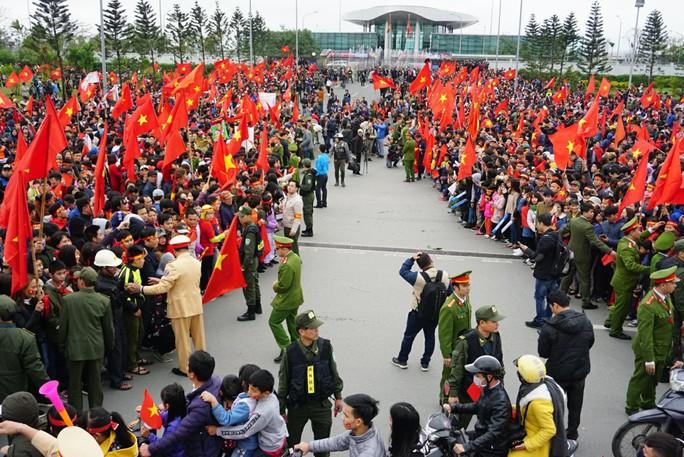 Mẹ Tiến Dũng, bố Xuân Trường ra sân bay đón con và U23 Việt Nam - Ảnh 6.