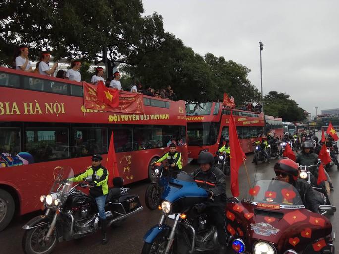 Nội Bài tràn ngập sắc đỏ đón U23 Việt Nam - Ảnh 11.