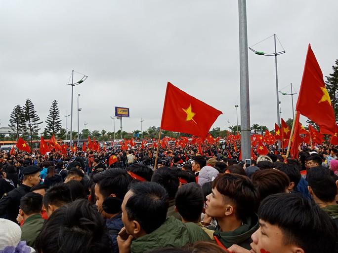 Mẹ Tiến Dũng, bố Xuân Trường ra sân bay đón con và U23 Việt Nam - Ảnh 8.