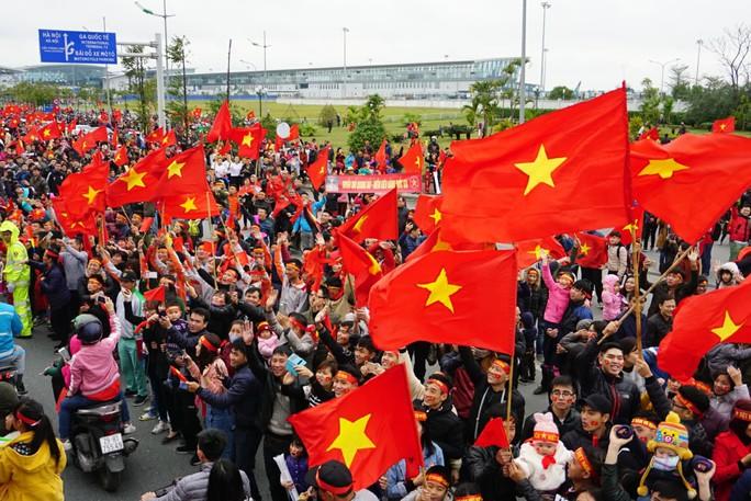 Nội Bài tràn ngập sắc đỏ đón U23 Việt Nam - Ảnh 3.