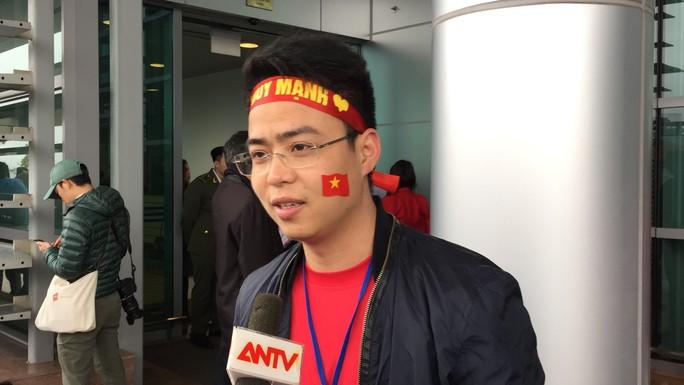 Mẹ Tiến Dũng, bố Xuân Trường ra sân bay đón con và U23 Việt Nam - Ảnh 4.