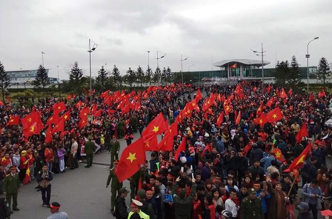 Nội Bài tràn ngập sắc đỏ đón U23 Việt Nam - Ảnh 2.