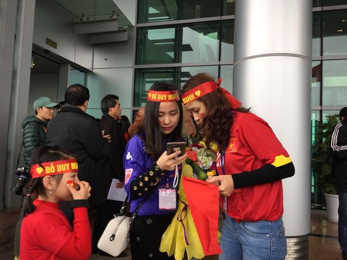 Mẹ Tiến Dũng, bố Xuân Trường ra sân bay đón con và U23 Việt Nam - Ảnh 5.
