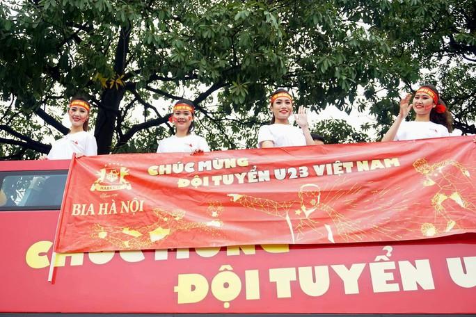 Nội Bài tràn ngập sắc đỏ đón U23 Việt Nam - Ảnh 12.
