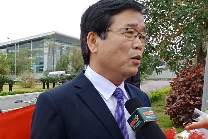 Mẹ Tiến Dũng, bố Xuân Trường ra sân bay đón con và U23 Việt Nam - Ảnh 1.