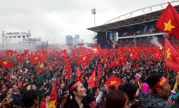 Nội Bài tràn ngập sắc đỏ đón U23 Việt Nam - Ảnh 15.