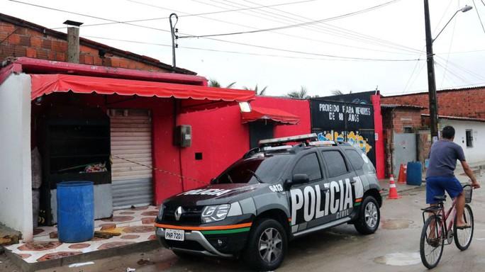 3 ô tô ập đến hộp đêm, xả súng giết 14 người - Ảnh 1.